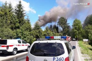 Policjanci ewakuowali mieszkańców z pożaru